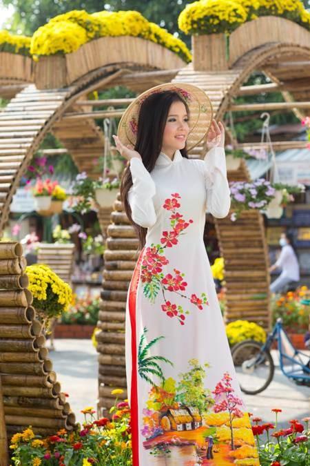 Hoa khôi sinh viên Cần Thơ thướt tha trên bến Ninh Kiều ảnh 9
