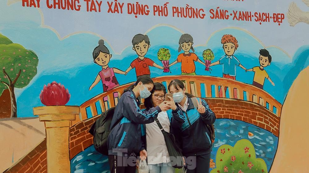 Khoác tranh bích họa lên bức tường công ty Rạng Đông sau vụ hoả hoạn ảnh 6
