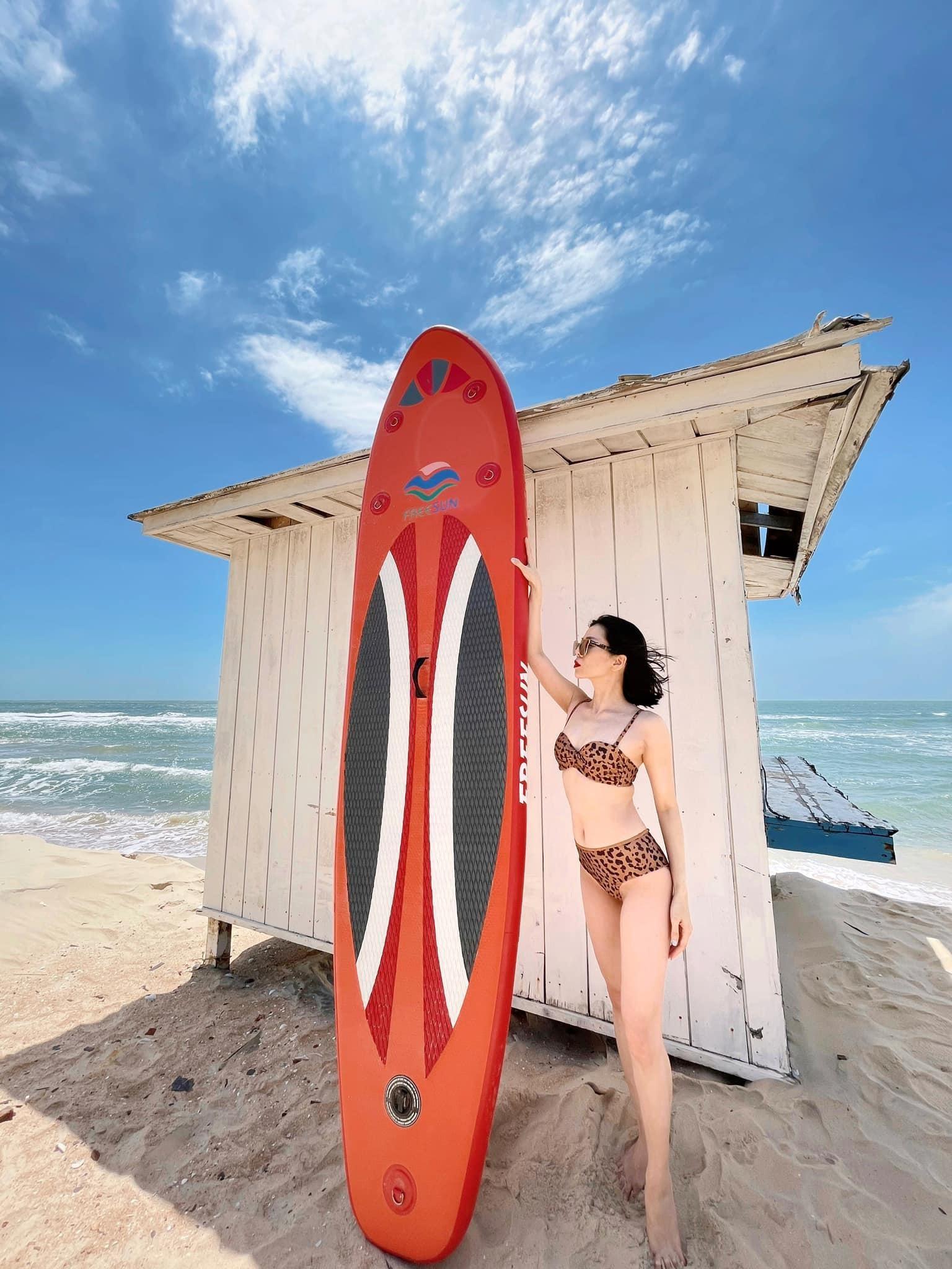 Lệ Quyên diện bikini gợi cảm bất chấp camera thường ảnh 4