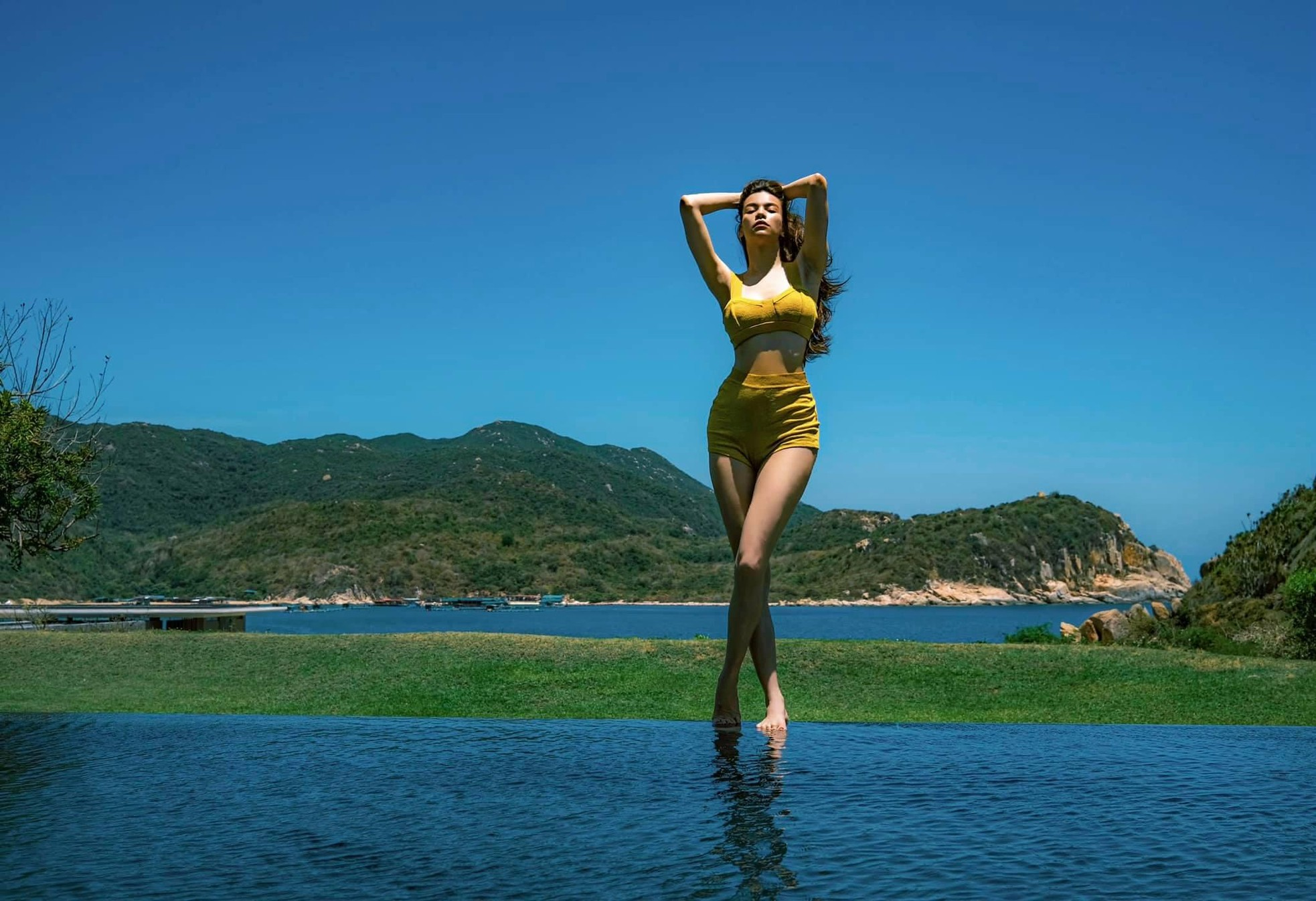 Hồ Ngọc Hà mặc áo tắm phô 3 vòng sexy, tình tứ ngọt lịm bên Kim Lý ảnh 5