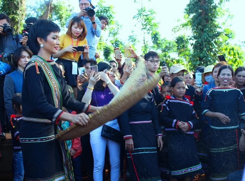 H'Hen Niê được chào đón bằng công nông, giao lưu văn nghệ cùng bà con ảnh 6