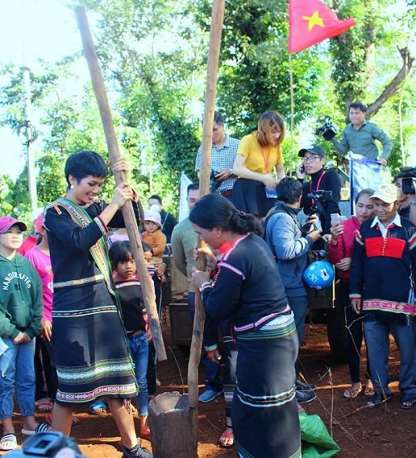 H'Hen Niê được chào đón bằng công nông, giao lưu văn nghệ cùng bà con ảnh 5