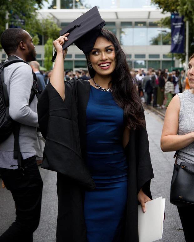 Nhan sắc hoa hậu Anh có IQ 'khủng', từng 'cất vương miện' để làm bác sĩ chống COVID-19 ảnh 4