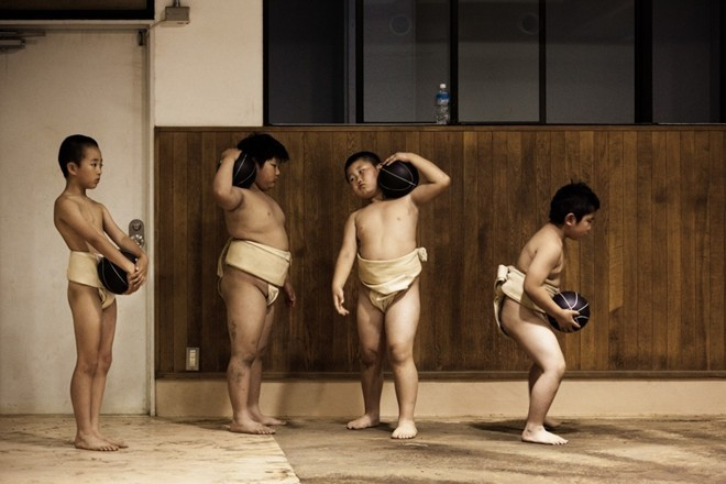 Một ngày khổ luyện của các võ sĩ sumo nhí Nhật Bản ảnh 2