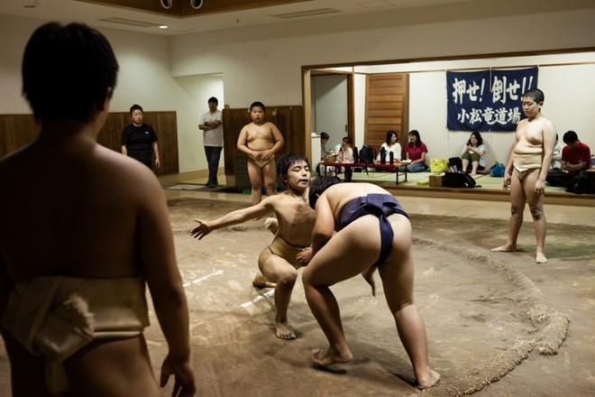 Một ngày khổ luyện của các võ sĩ sumo nhí Nhật Bản ảnh 8