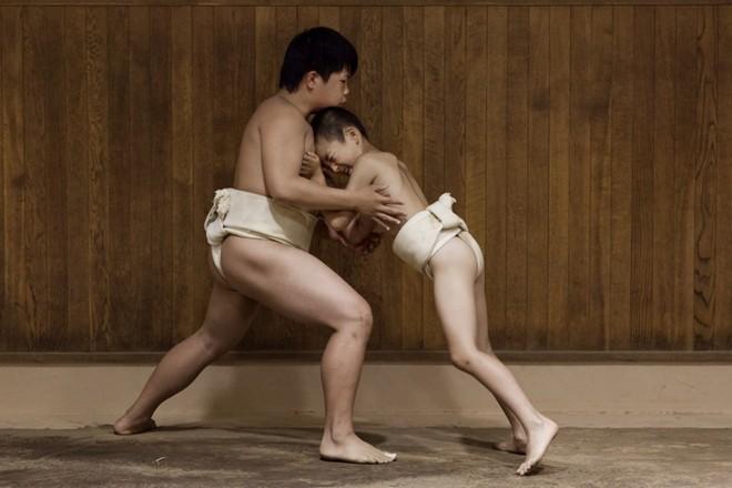 Một ngày khổ luyện của các võ sĩ sumo nhí Nhật Bản ảnh 9