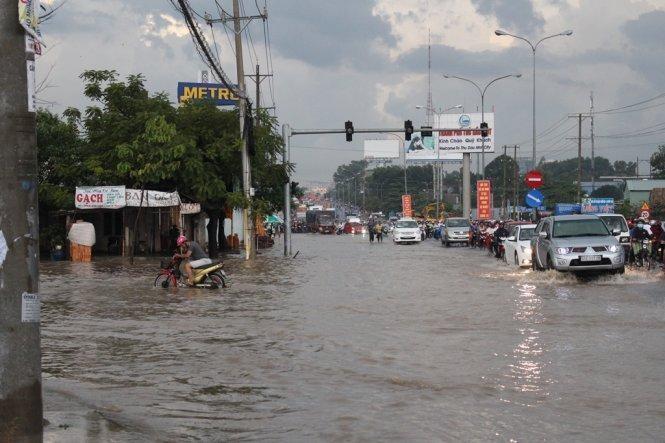 Cảnh báo triều cường đạt đỉnh, tràn bờ sông Sài Gòn ảnh 1