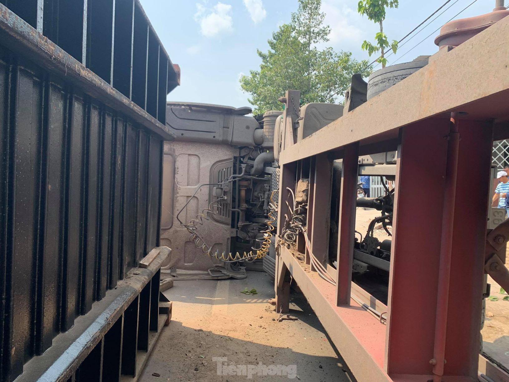 Xe container hạ gục cây xanh, lật ngang giữa đường vì tài xế ngủ gật ảnh 3