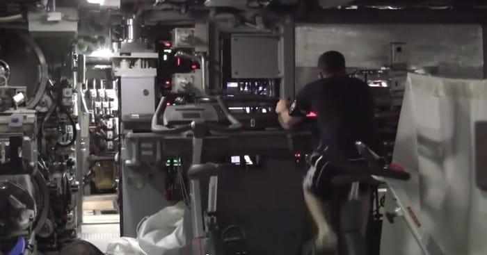 Chùm ảnh lột tả cuộc sống khác thường của thủy thủ tàu ngầm ảnh 13