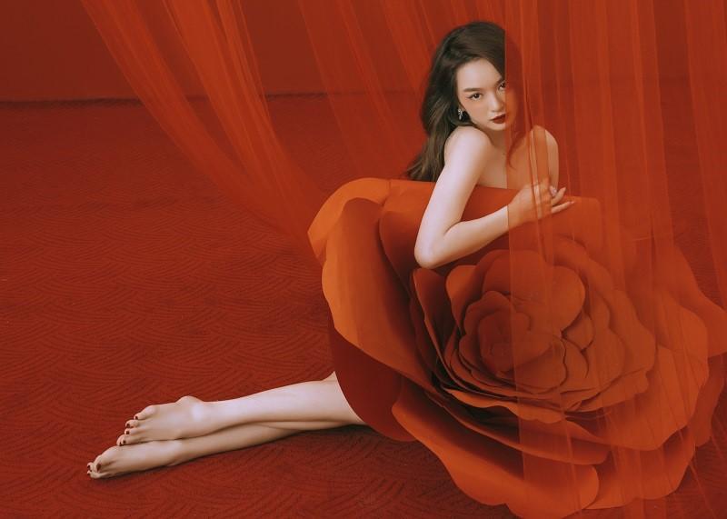 """Kaity Nguyễn hóa """"quý cô hồng trà"""" kiêu sa, sắc sảo sẵn sàng đón tuổi 22  ảnh 3"""