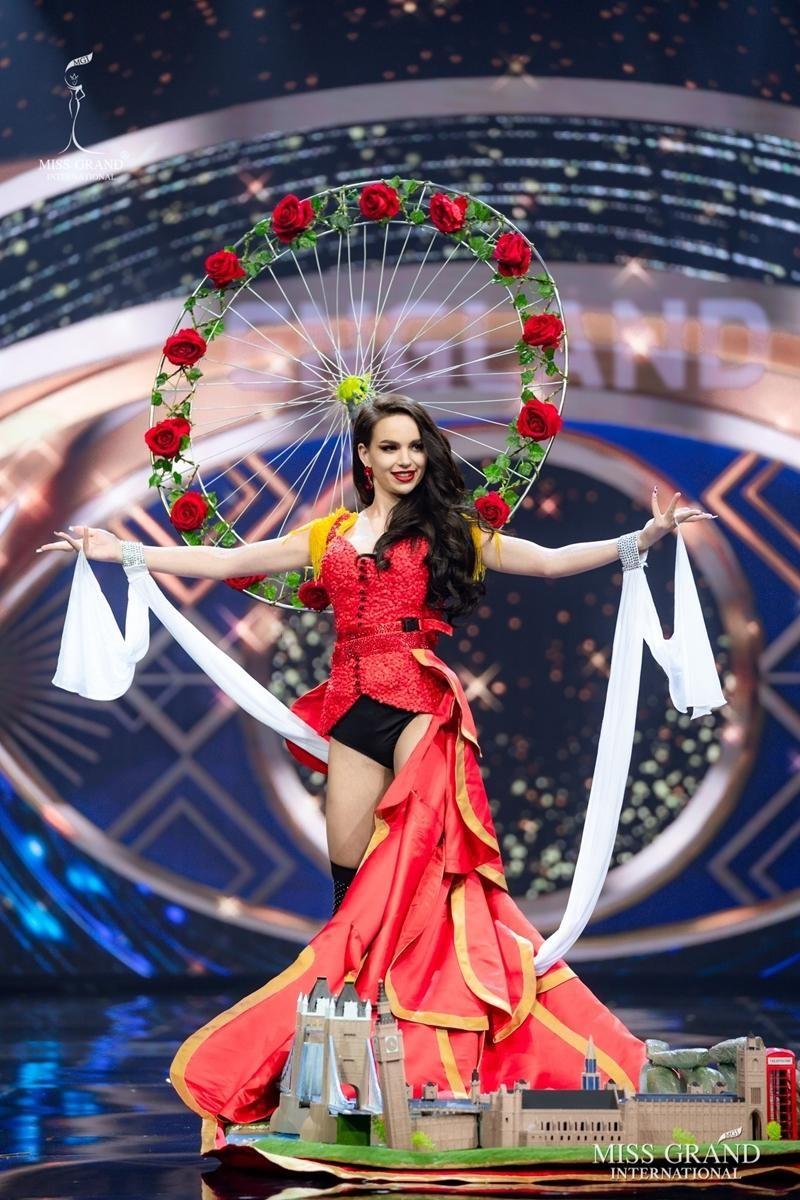 Ngọc Thảo và dàn đối thủ biến sân khấu Miss Grand International 2020 thành lễ hội Carnival ảnh 1