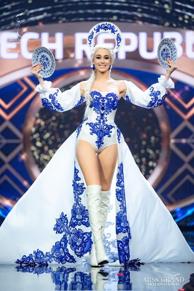 Ngọc Thảo và dàn đối thủ biến sân khấu Miss Grand International 2020 thành lễ hội Carnival ảnh 12