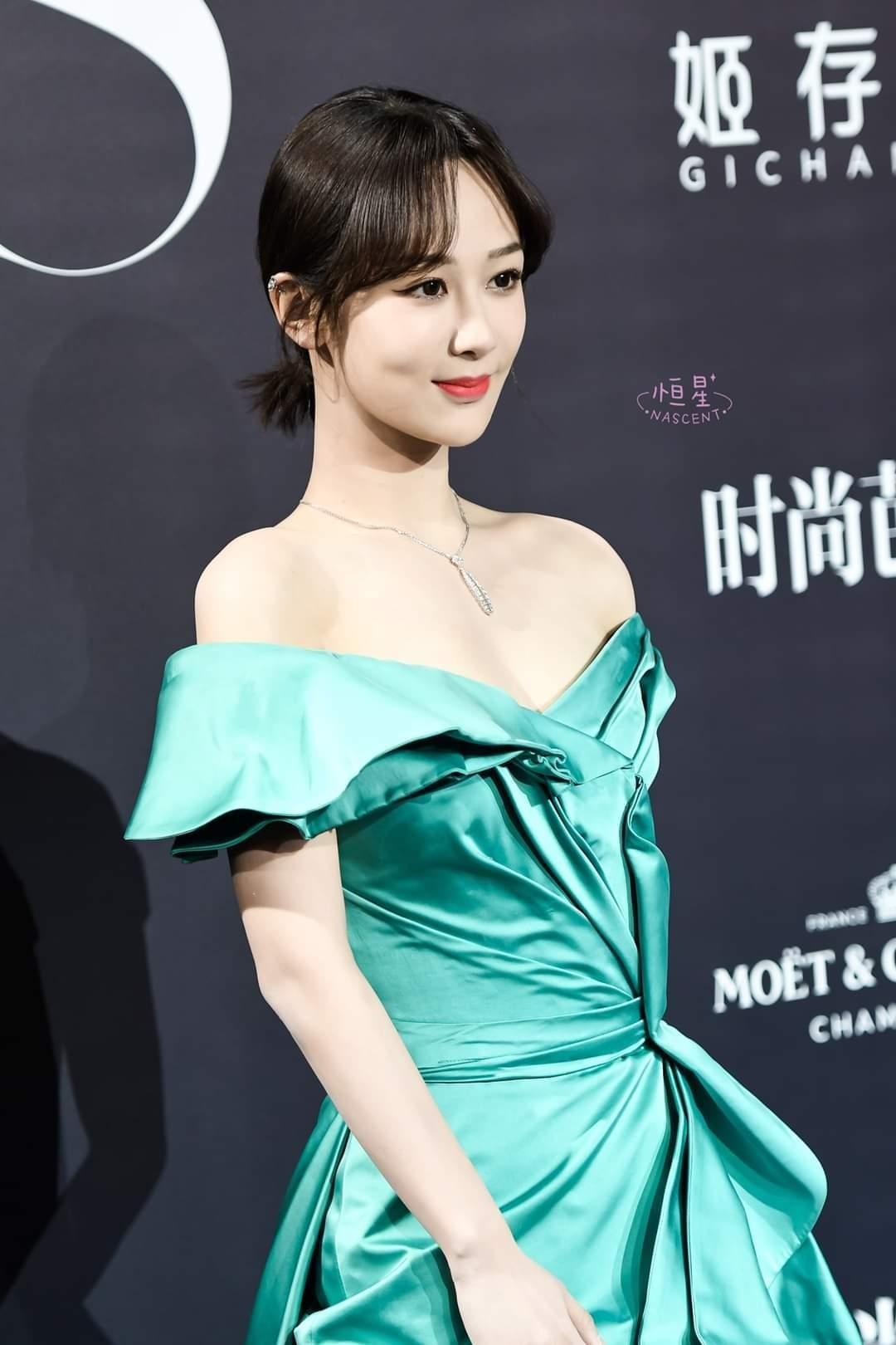 Trung thành với kiểu váy khoe vai thon trên thảm đỏ BAZAAR nhưng Dương Tử lại bị mất điểm ảnh 4