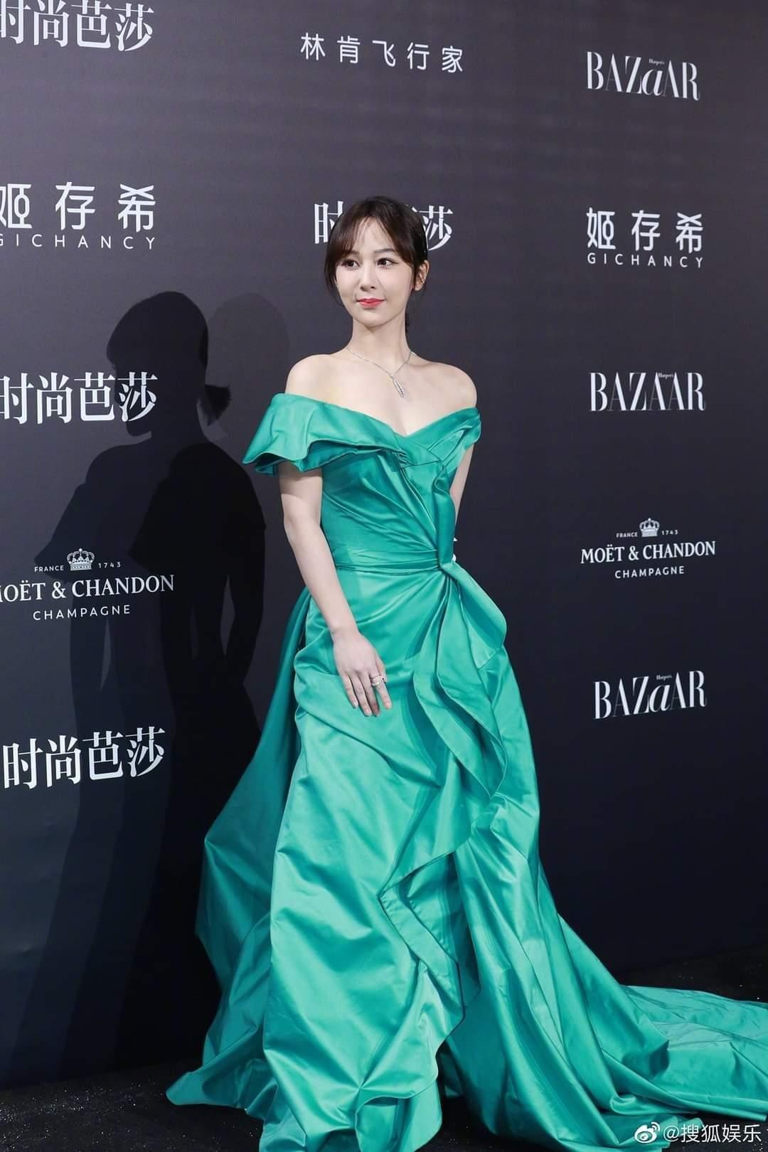 Trung thành với kiểu váy khoe vai thon trên thảm đỏ BAZAAR nhưng Dương Tử lại bị mất điểm ảnh 1