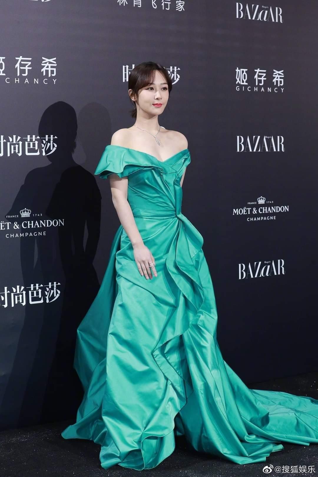 Trung thành với kiểu váy khoe vai thon trên thảm đỏ BAZAAR nhưng Dương Tử lại bị mất điểm ảnh 8