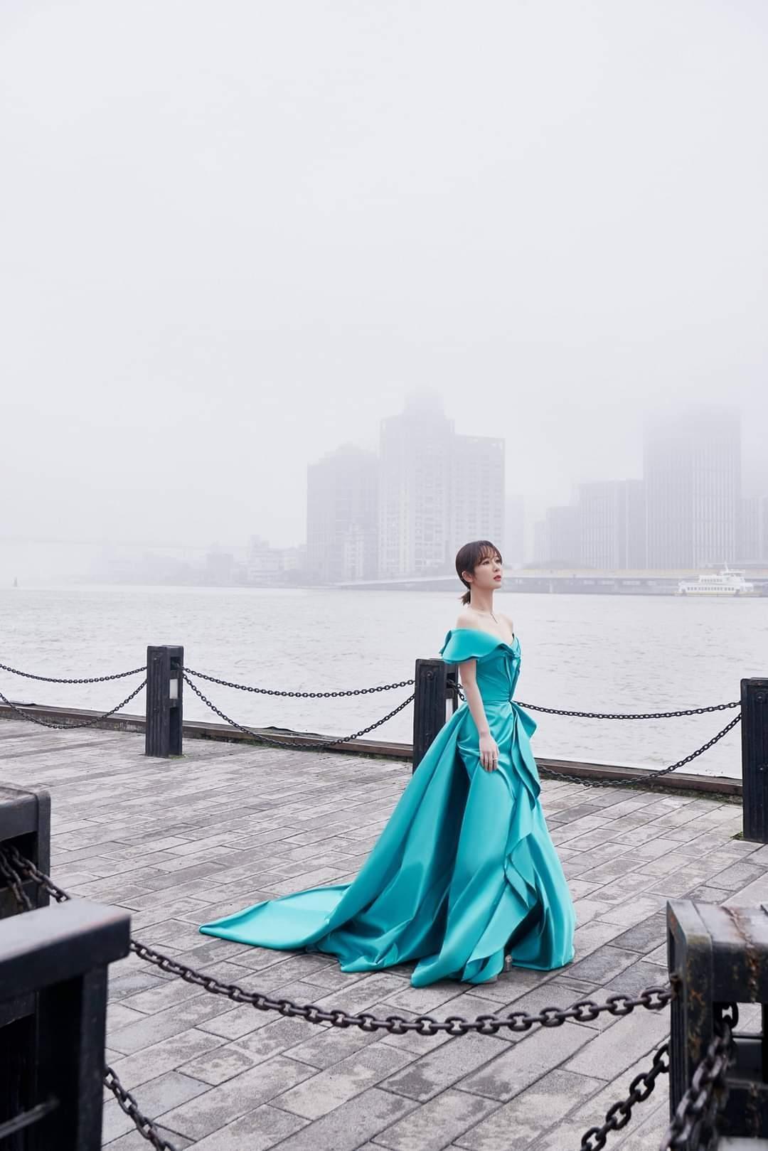 Trung thành với kiểu váy khoe vai thon trên thảm đỏ BAZAAR nhưng Dương Tử lại bị mất điểm ảnh 7
