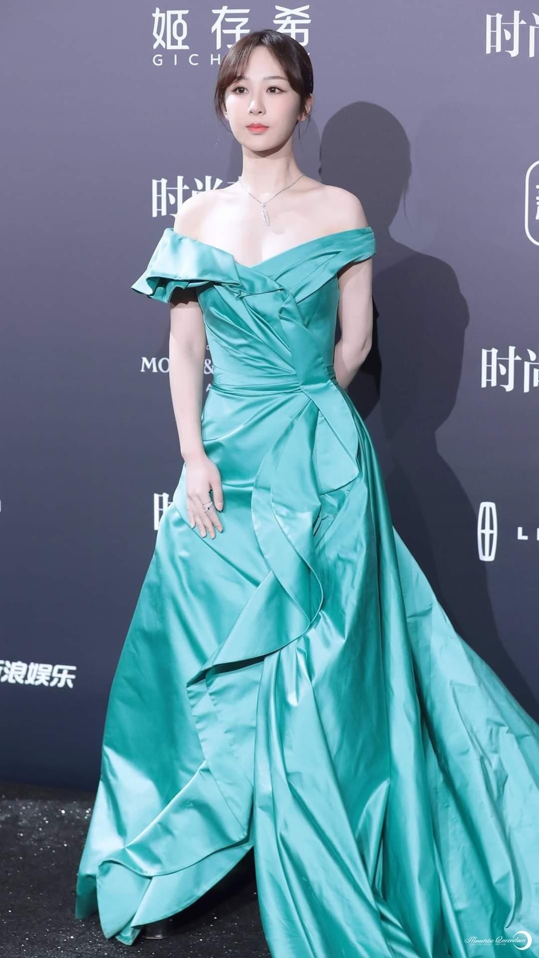 Trung thành với kiểu váy khoe vai thon trên thảm đỏ BAZAAR nhưng Dương Tử lại bị mất điểm ảnh 2