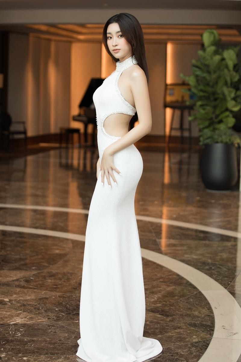 """""""Cuộc chiến"""" thảm đỏ siêu hot của Hoa hậu Đỗ Thị Hà, Lương Thùy Linh, Tiểu Vy, Đỗ Mỹ Linh ảnh 7"""