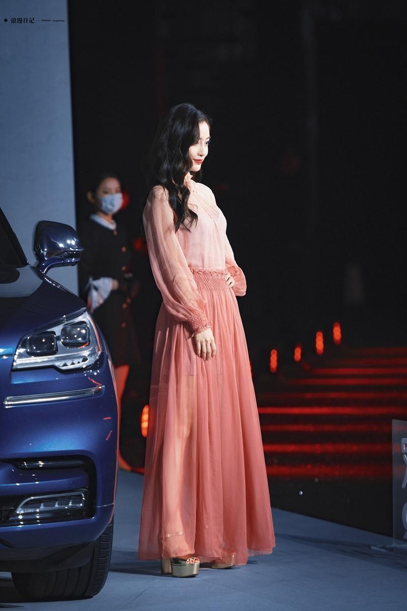 Vừa được khen đẹp như nữ thần trên thảm đỏ, Angela Baby mới đây lại bị chê mất phong độ ảnh 3
