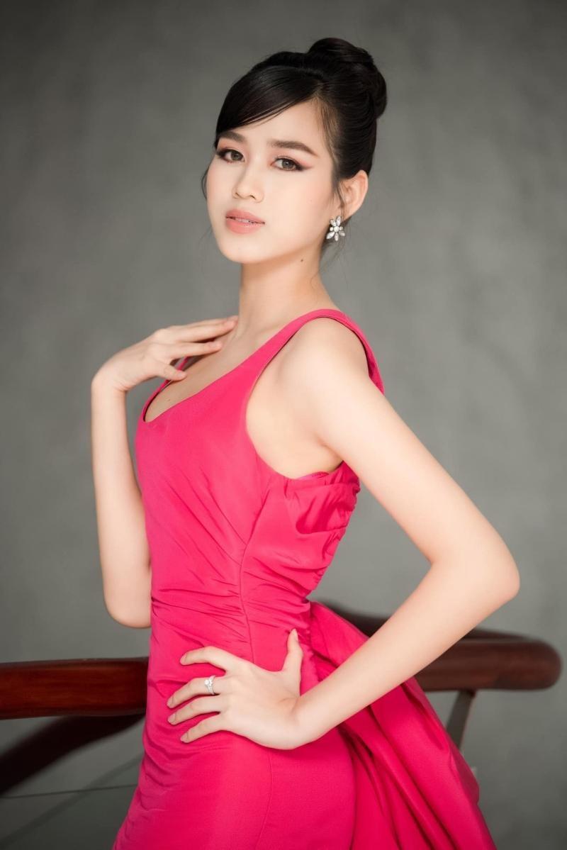 Hoa hậu Đỗ Thị Hà đổi kiểu váy mới, không khoe chân mà nhìn vẫn cảm giác chân dài miên man ảnh 2