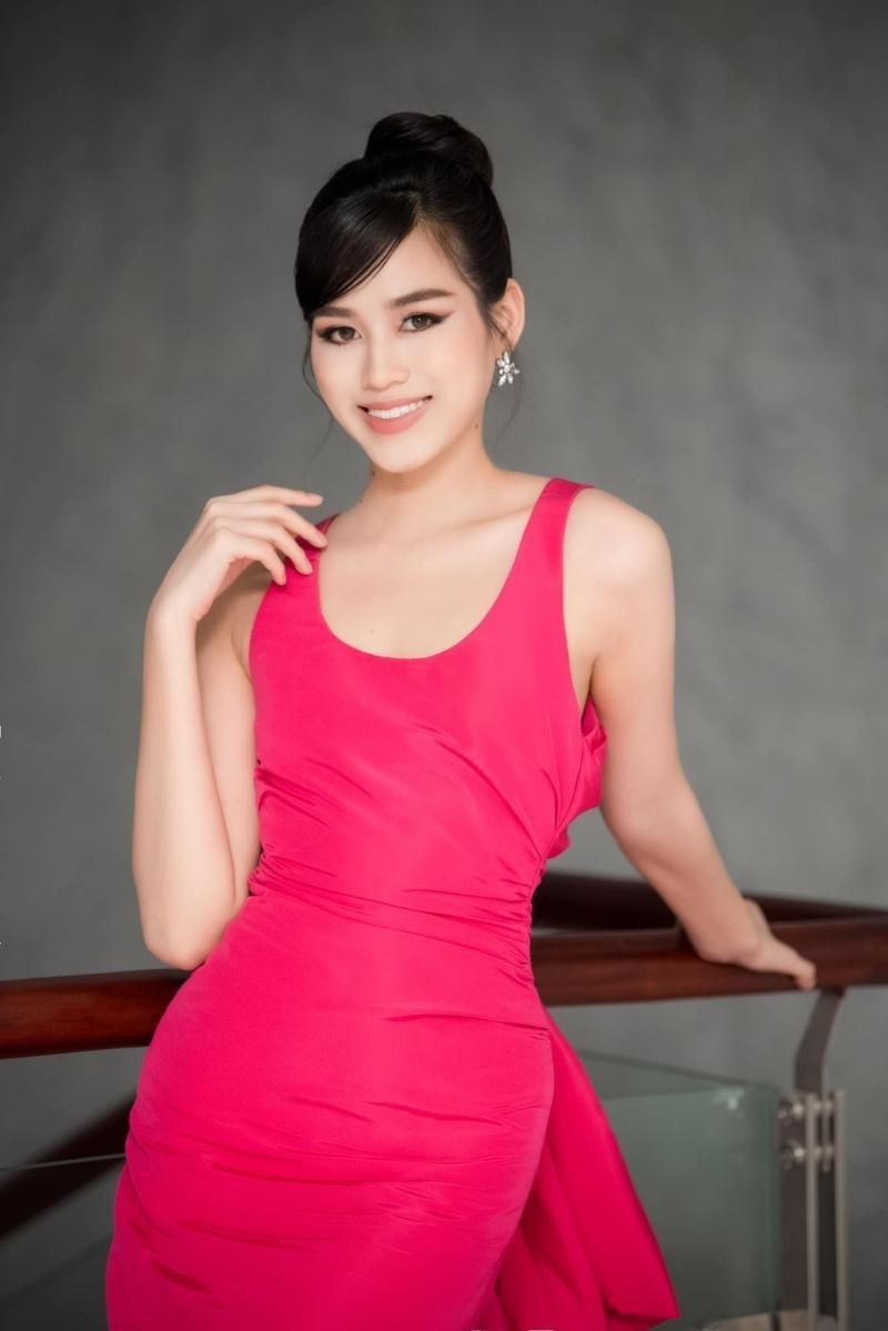 Hoa hậu Đỗ Thị Hà đổi kiểu váy mới, không khoe chân mà nhìn vẫn cảm giác chân dài miên man ảnh 3