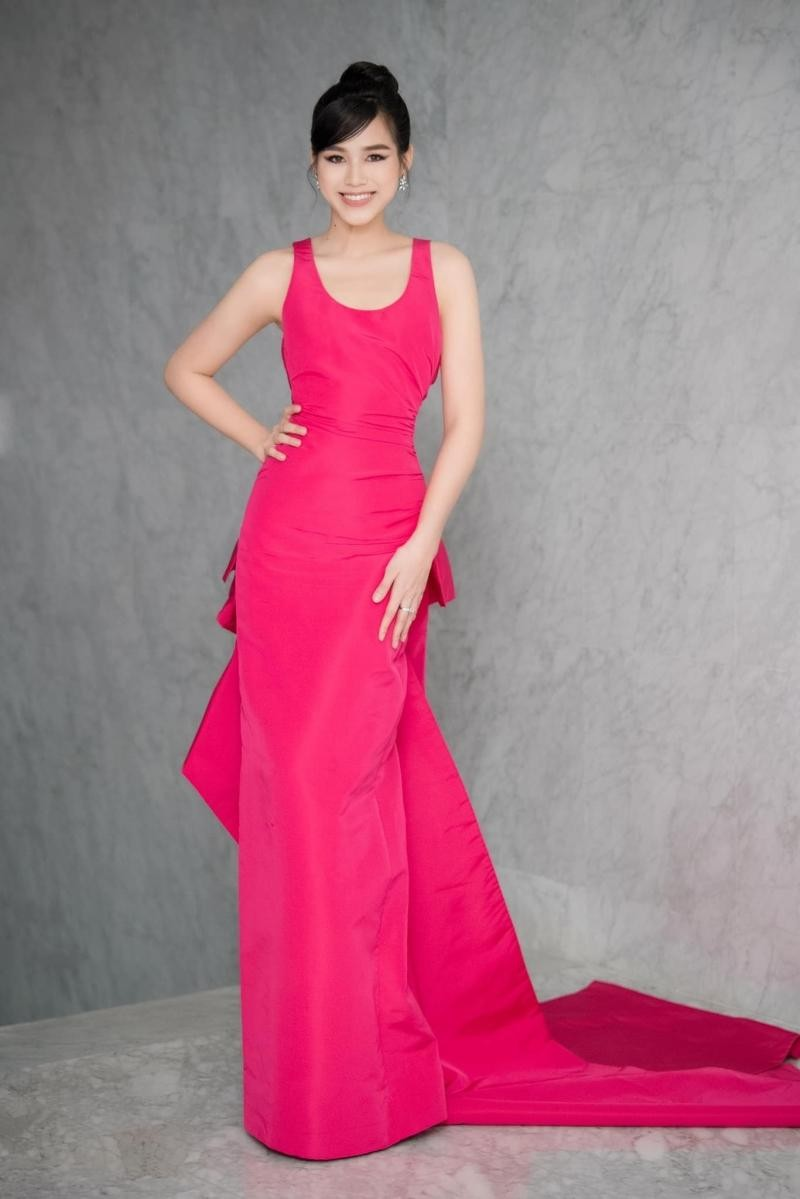 Hoa hậu Đỗ Thị Hà đổi kiểu váy mới, không khoe chân mà nhìn vẫn cảm giác chân dài miên man ảnh 1