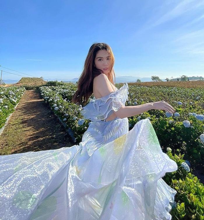 Ngọc Trinh xinh như công chúa, nhưng lại khiến liên tưởng đến Momo TWICE và Rosé BLACKPINK ảnh 9