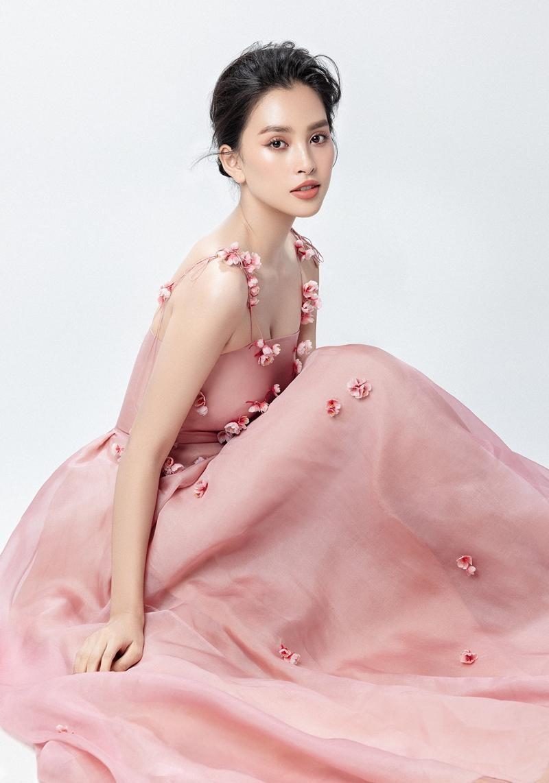 """Hoa hậu Tiểu Vy mặc mẫu váy đính kết lạ mắt, khoe nhan sắc rạng rỡ như """"nữ thần rừng"""" ảnh 5"""