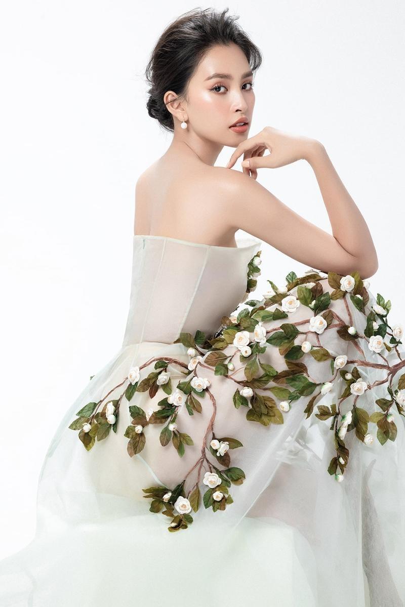 """Hoa hậu Tiểu Vy mặc mẫu váy đính kết lạ mắt, khoe nhan sắc rạng rỡ như """"nữ thần rừng"""" ảnh 8"""
