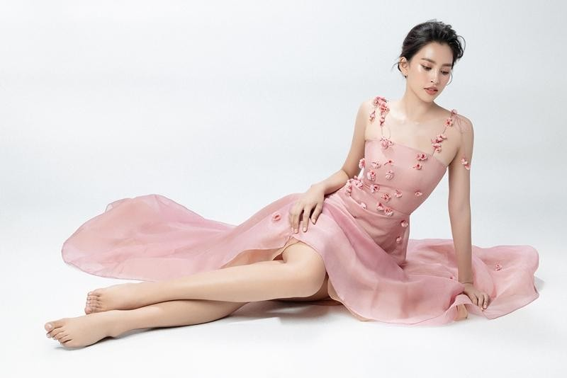 """Hoa hậu Tiểu Vy mặc mẫu váy đính kết lạ mắt, khoe nhan sắc rạng rỡ như """"nữ thần rừng"""" ảnh 2"""