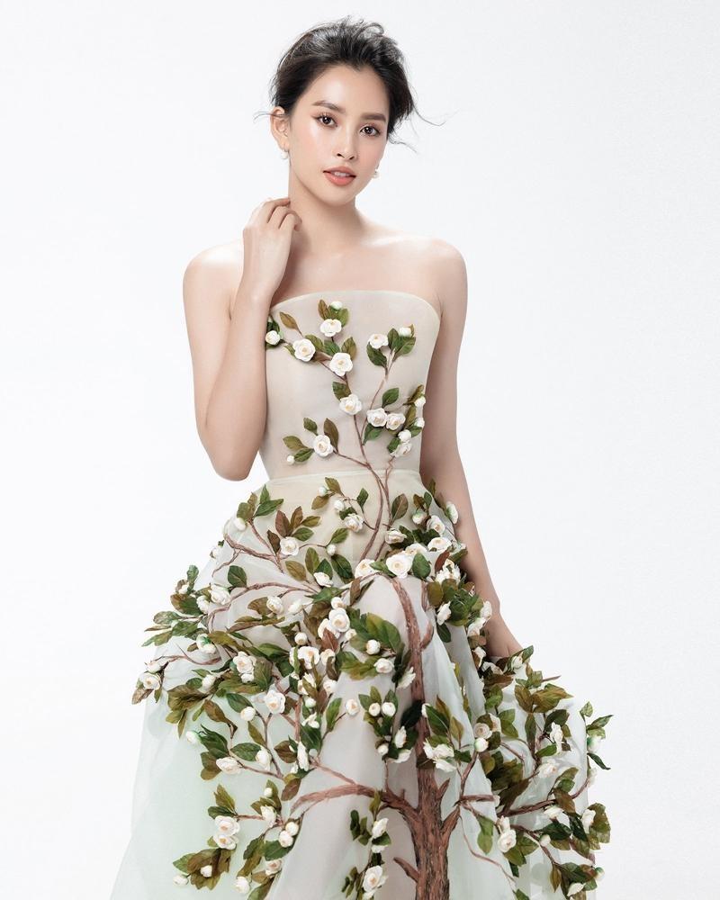 """Hoa hậu Tiểu Vy mặc mẫu váy đính kết lạ mắt, khoe nhan sắc rạng rỡ như """"nữ thần rừng"""" ảnh 6"""