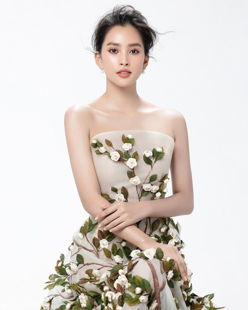 """Hoa hậu Tiểu Vy mặc mẫu váy đính kết lạ mắt, khoe nhan sắc rạng rỡ như """"nữ thần rừng"""" ảnh 3"""