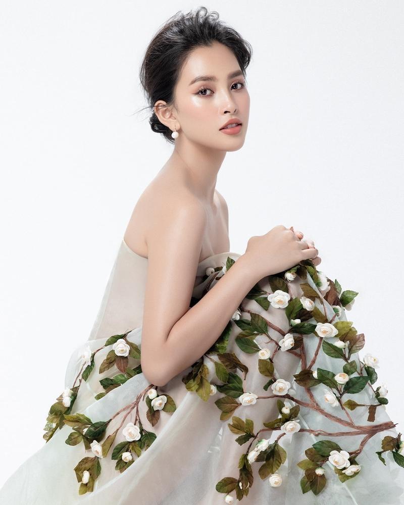 """Hoa hậu Tiểu Vy mặc mẫu váy đính kết lạ mắt, khoe nhan sắc rạng rỡ như """"nữ thần rừng"""" ảnh 1"""