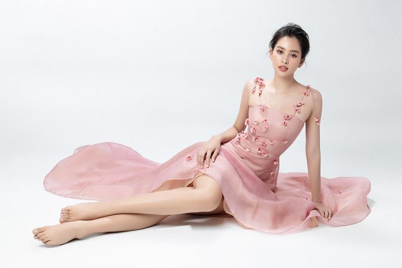 """Hoa hậu Tiểu Vy mặc mẫu váy đính kết lạ mắt, khoe nhan sắc rạng rỡ như """"nữ thần rừng"""" ảnh 9"""