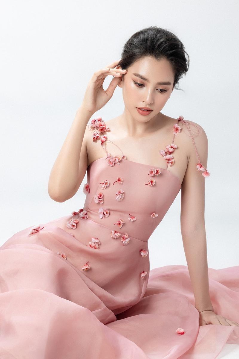 """Hoa hậu Tiểu Vy mặc mẫu váy đính kết lạ mắt, khoe nhan sắc rạng rỡ như """"nữ thần rừng"""" ảnh 4"""