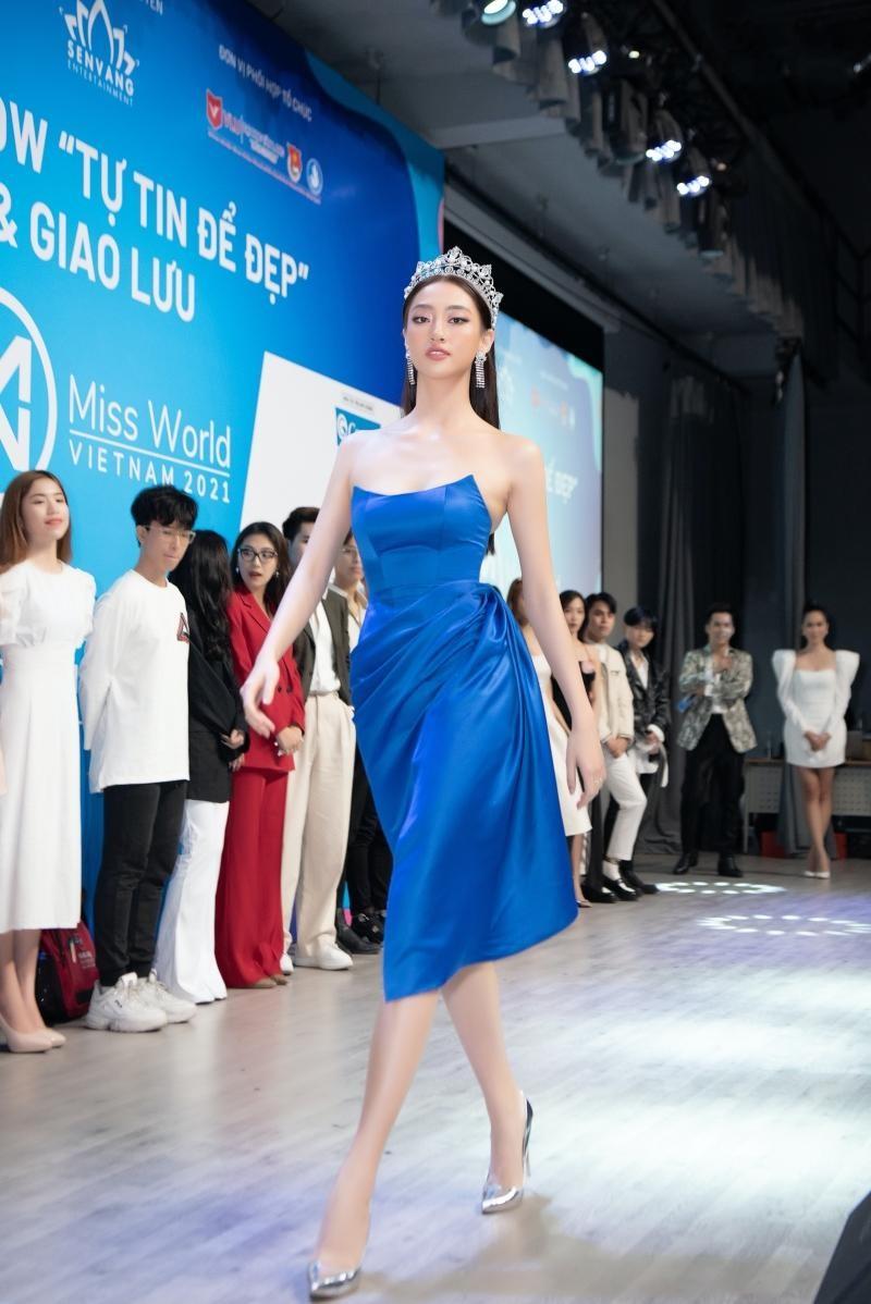 Hoa hậu Tiểu Vy, Lương Thùy Linh đích thân thị phạm catwalk cho các bạn sinh viên ảnh 10