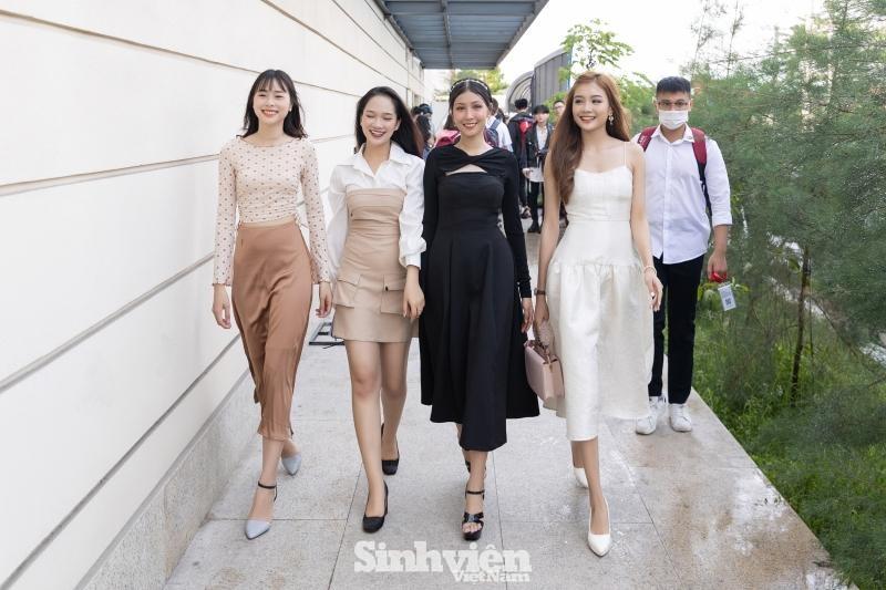 Hoa hậu Tiểu Vy, Lương Thùy Linh đích thân thị phạm catwalk cho các bạn sinh viên ảnh 12