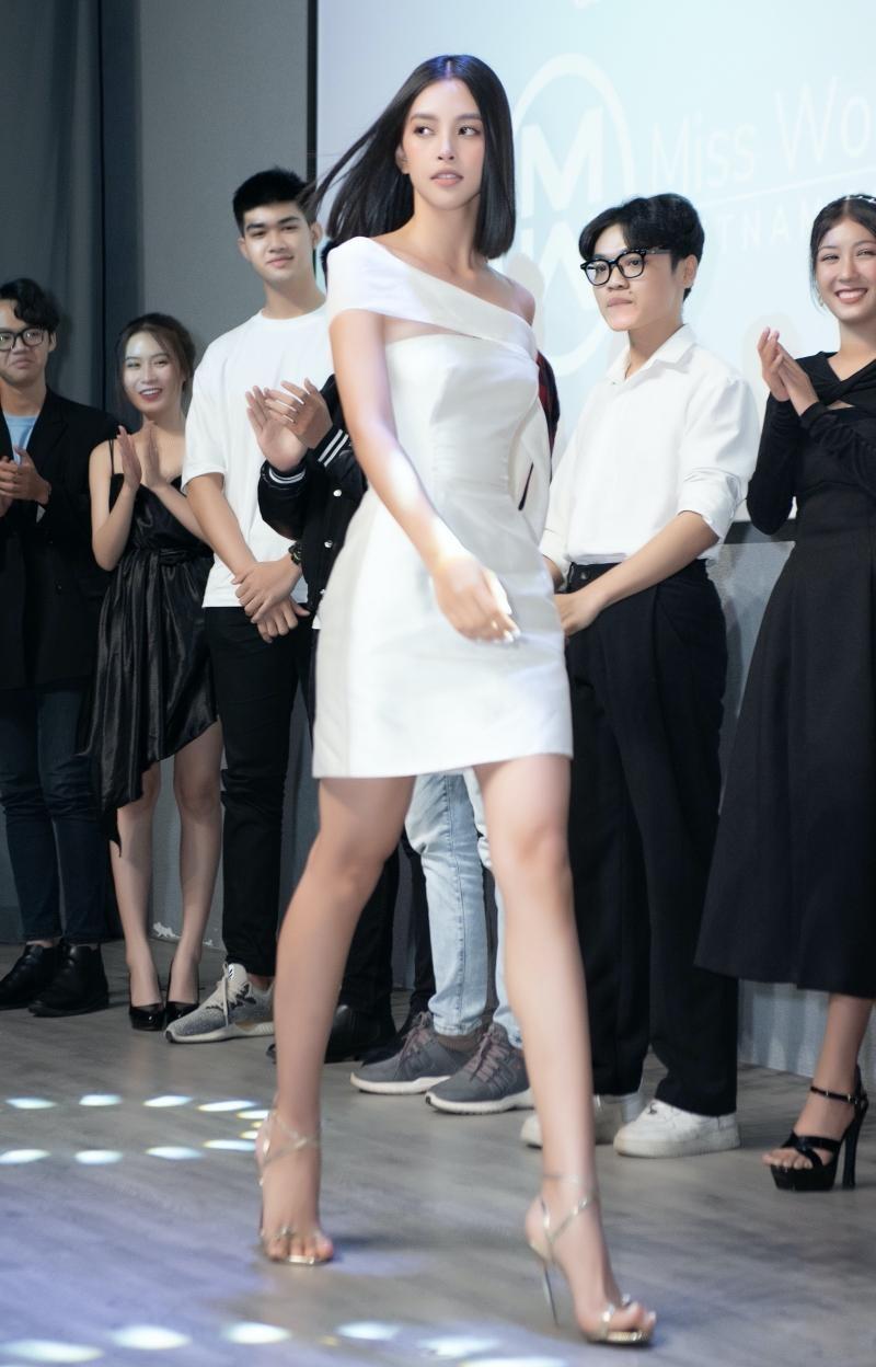 Hoa hậu Tiểu Vy, Lương Thùy Linh đích thân thị phạm catwalk cho các bạn sinh viên ảnh 11