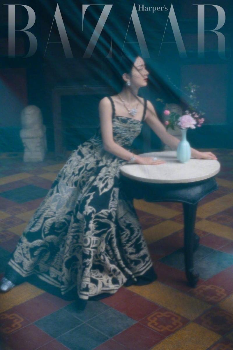 Triệu Lệ Dĩnh được Dior đẩy lên bìa tạp chí lớn, netizen liên tục nhắc tên đại sứ Jisoo ảnh 8