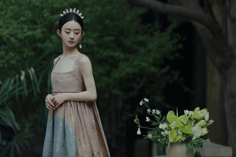 Triệu Lệ Dĩnh được Dior đẩy lên bìa tạp chí lớn, netizen liên tục nhắc tên đại sứ Jisoo ảnh 4