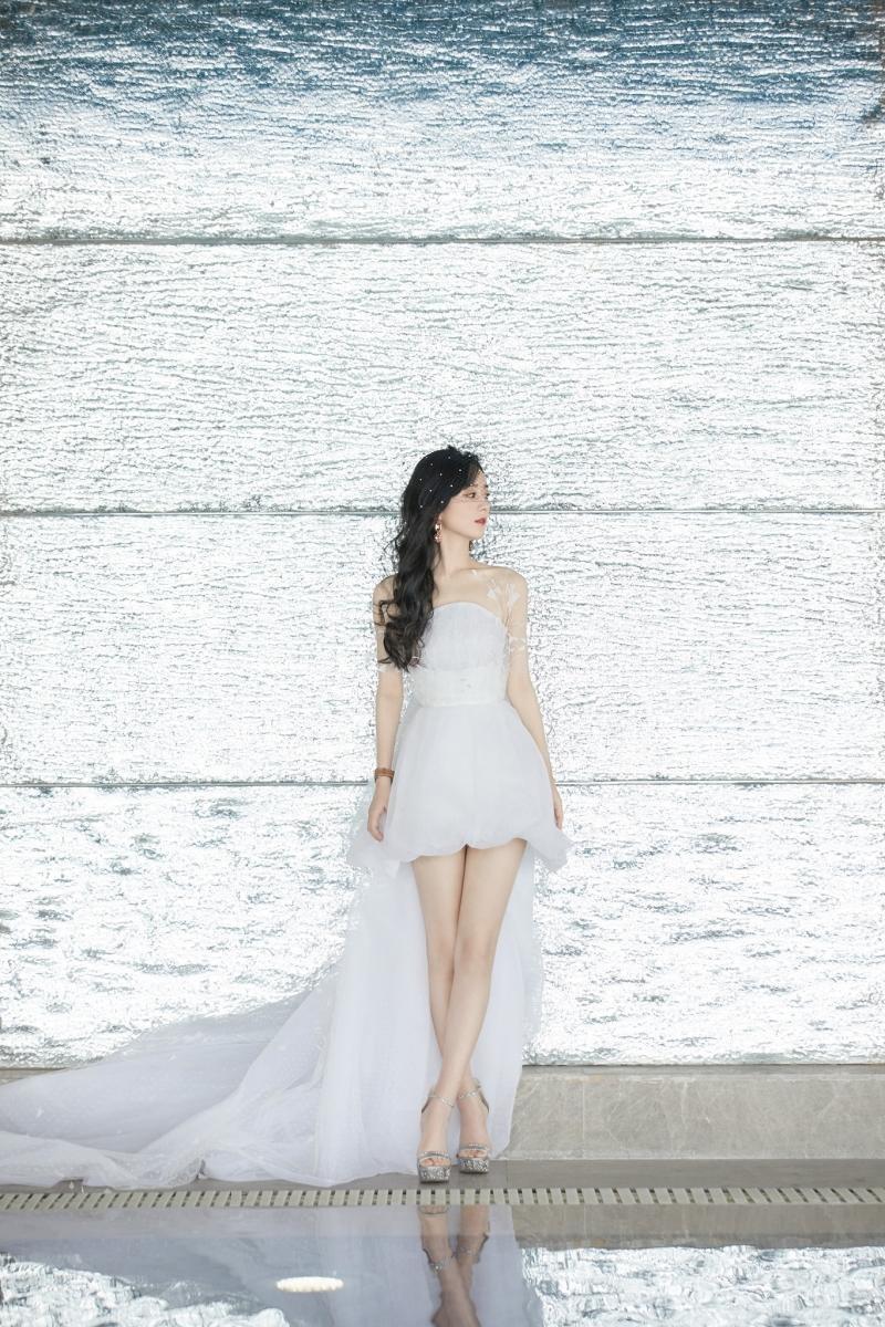 """Diện váy ngắn dòng Haute Couture dự sự kiện, Triệu Lệ Dĩnh """"gây bão"""" với đôi chân cực nuột ảnh 5"""