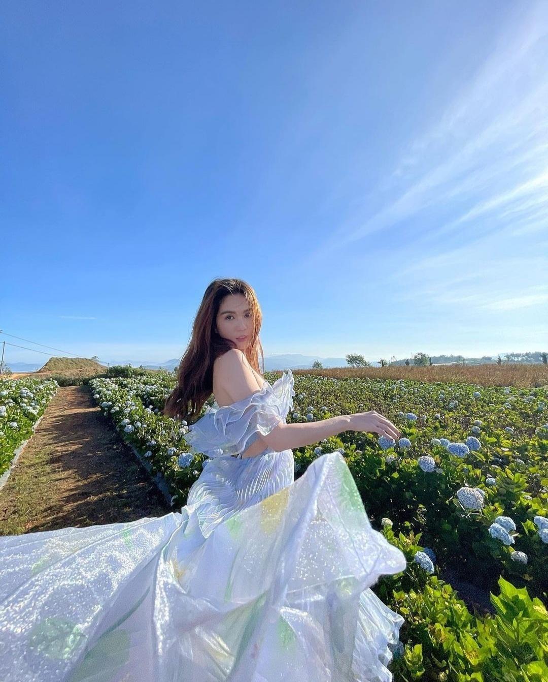 """Chỉ nửa đầu tháng Tư, Ngọc Trinh đã có hàng loạt bộ ảnh thời trang """"vạn người mê"""" ảnh 2"""