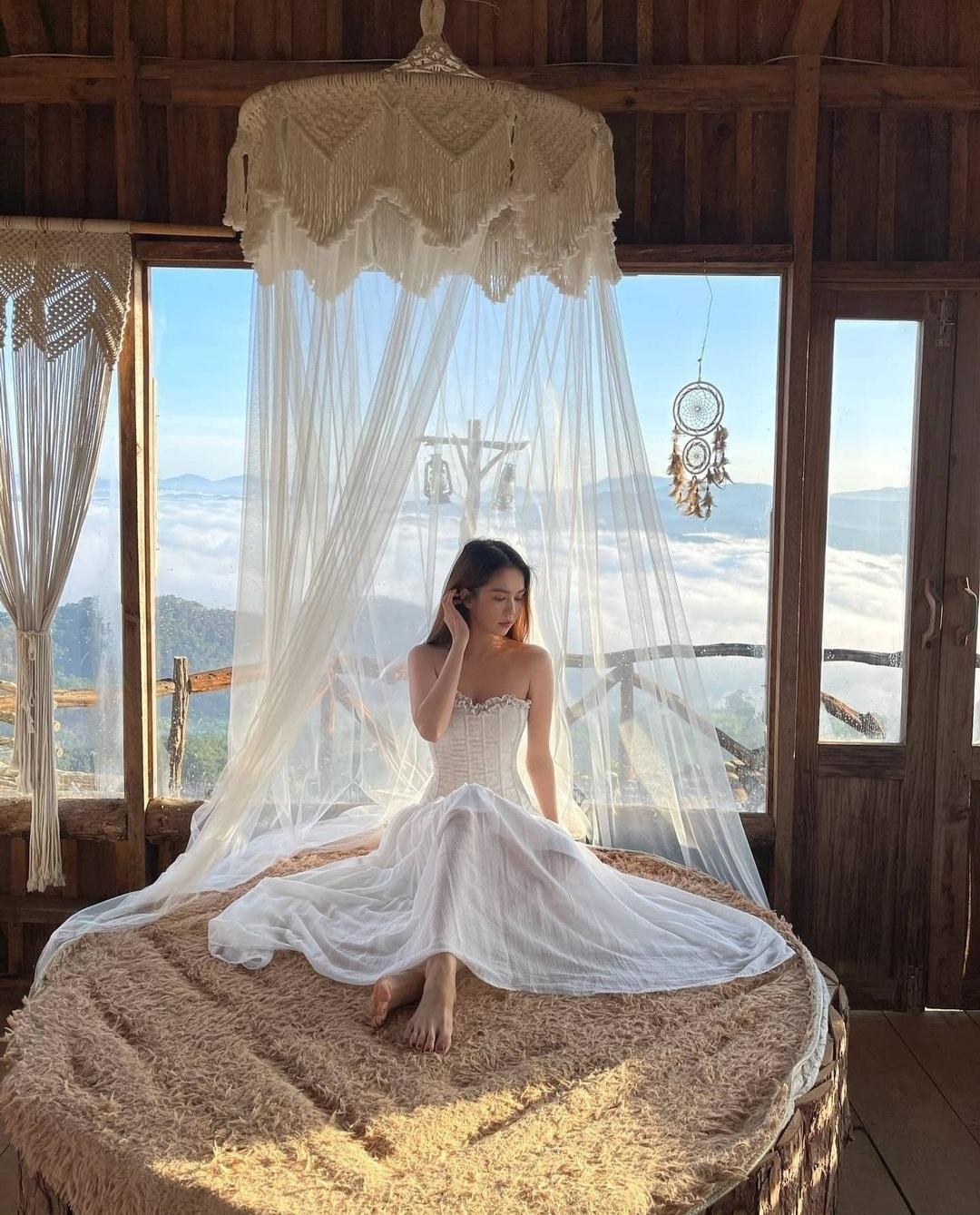 """Chỉ nửa đầu tháng Tư, Ngọc Trinh đã có hàng loạt bộ ảnh thời trang """"vạn người mê"""" ảnh 7"""