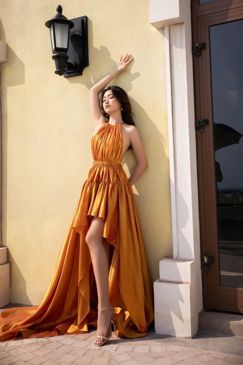 Cùng diện thiết kế cắt xẻ hiểm hóc, Hoa hậu Mỹ Linh tạo dáng táo bạo hơn đàn em Tiểu Vy ảnh 4
