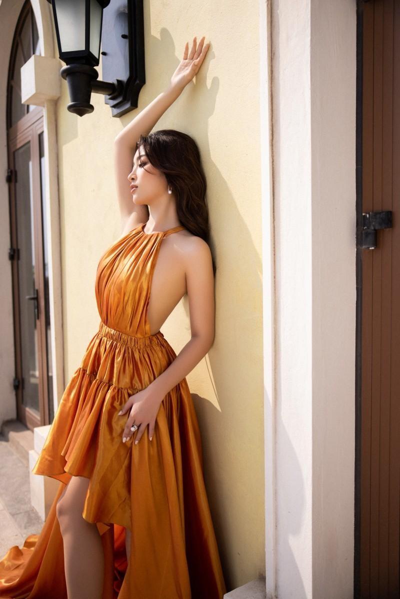 Cùng diện thiết kế cắt xẻ hiểm hóc, Hoa hậu Mỹ Linh tạo dáng táo bạo hơn đàn em Tiểu Vy ảnh 2