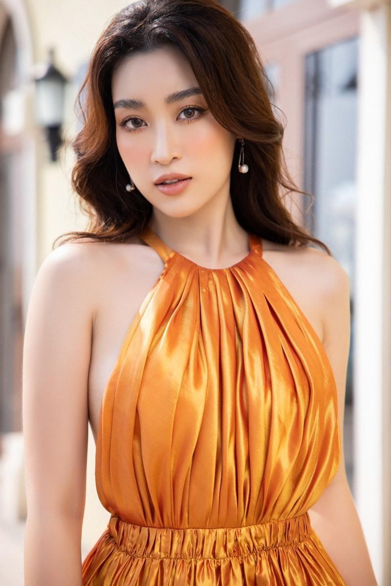 Cùng diện thiết kế cắt xẻ hiểm hóc, Hoa hậu Mỹ Linh tạo dáng táo bạo hơn đàn em Tiểu Vy ảnh 1