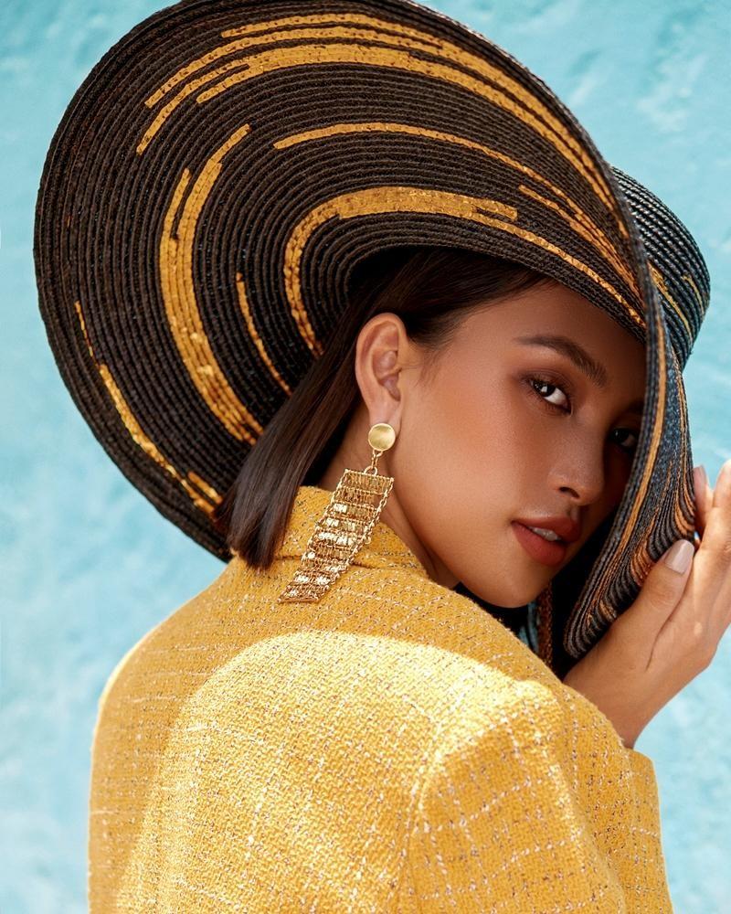 """Hoa hậu Tiểu Vy khoe """"đường cong nữ thần"""" với bộ ảnh thời trang chào Hè đẹp ngất ngây ảnh 2"""