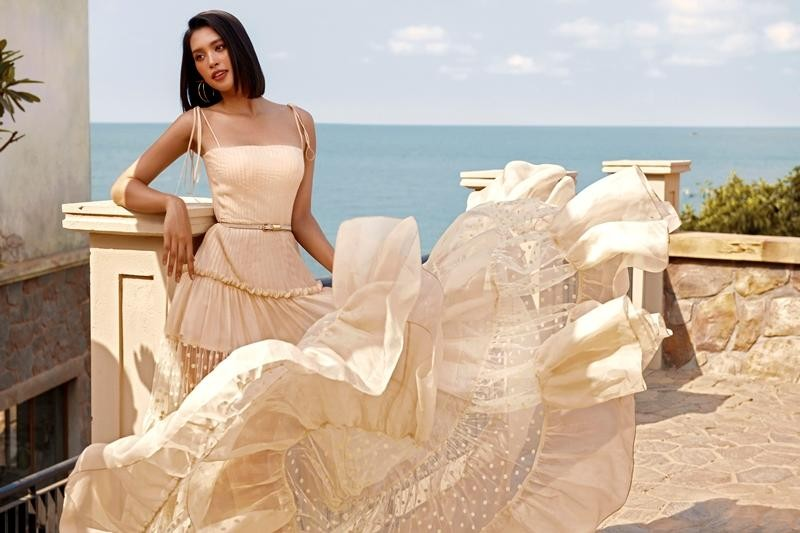 """Hoa hậu Tiểu Vy khoe """"đường cong nữ thần"""" với bộ ảnh thời trang chào Hè đẹp ngất ngây ảnh 1"""