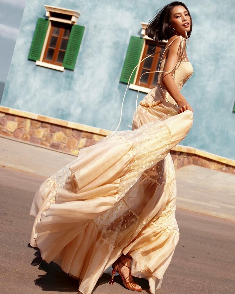"""Hoa hậu Tiểu Vy khoe """"đường cong nữ thần"""" với bộ ảnh thời trang chào Hè đẹp ngất ngây ảnh 16"""