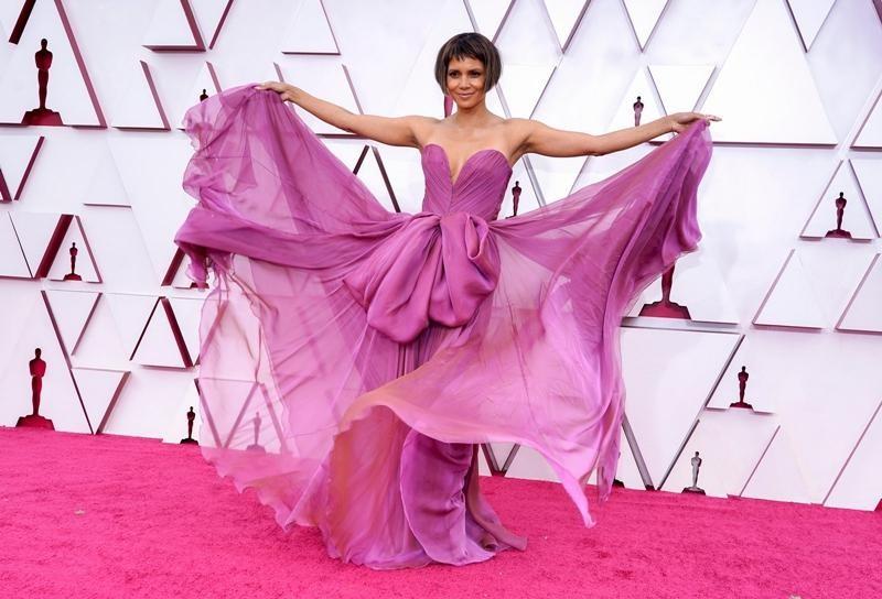 Thảm đỏ Oscar 2021: Bữa tiệc thời trang rực rỡ, công chúa Disney Zendaya chiếm spotlight ảnh 7